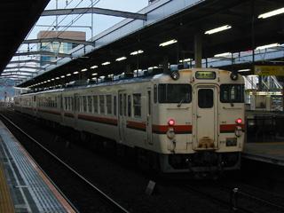 岐阜に到着した4702D 手前がキハ47 6002 向こう側に見えるのは某ビル(爆)