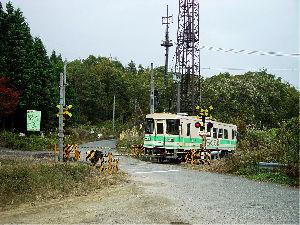 国道307号小野峠旧道の古野踏切を通過する531D