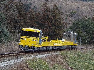 栃原〜川添 馬鹿曲踏切に何人もいるので、ミニバンで通りかかった奥様も「何か珍しい列車が来るのですか?」と一緒に見物。ドクターイエローみたいな色なのでお子さんに喜んでもらえたかな?