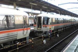 (6)4番線では名古屋からの25Dと大阪からの2025Dの連結作業