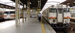 1711C ヨンマル・ヨンハチと、2600F快速 117系電車の並び(6:42)