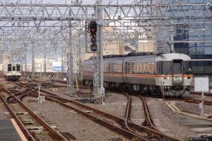(1)大阪から2025Dが3番線に到着