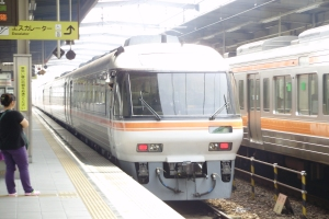 (9)25Dが飛騨古川へ向けて発車