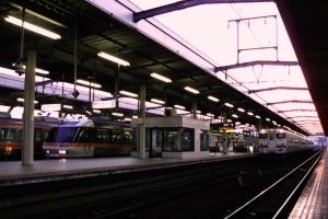 夕焼け色に染まる岐阜駅を発車する37Dと、4729D
