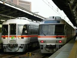 37D(左)と8002D 名古屋
