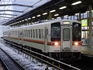 雪が降る中、707D岐阜発車!