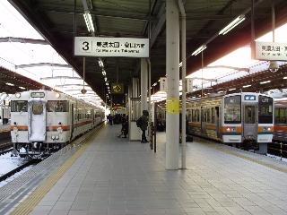 岐阜に到着した1702D(左)と発車する2502F(クハ212-5001)(7:36)