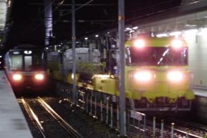 西日本223系電車(左)と並ぶ