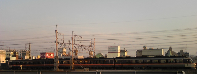 右側が大阪方。某ビル駐車場屋上より(笑)