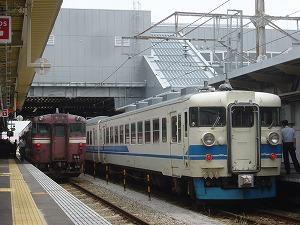2011年8月18日@高岡駅 左:536D キハ47 1091 右:北陸本線447M