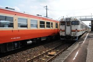 キハ48ツートン車(3711D)とキハ47(3708D) 各務ヶ原(8:54)