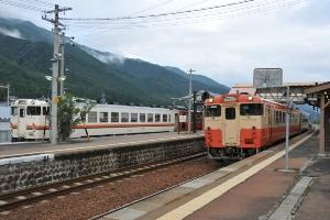 1722D(左)と1721C 飛騨萩原(17:23)