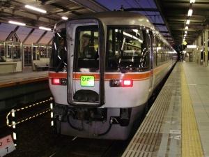 大阪への発車を待つ2036D(後尾車キハ85-1113)岐阜(17:42)