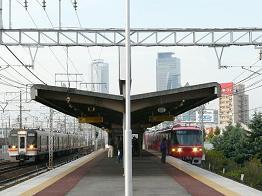 キハ75-208ほか(左)と名古屋鉄道モ1384ほか