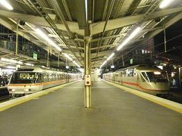 左:キハ85-12ほか 右.KTR003ほか 新大阪