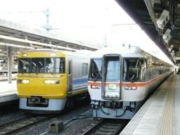左:キヤ95-2ほか 右:キハ85-206ほか